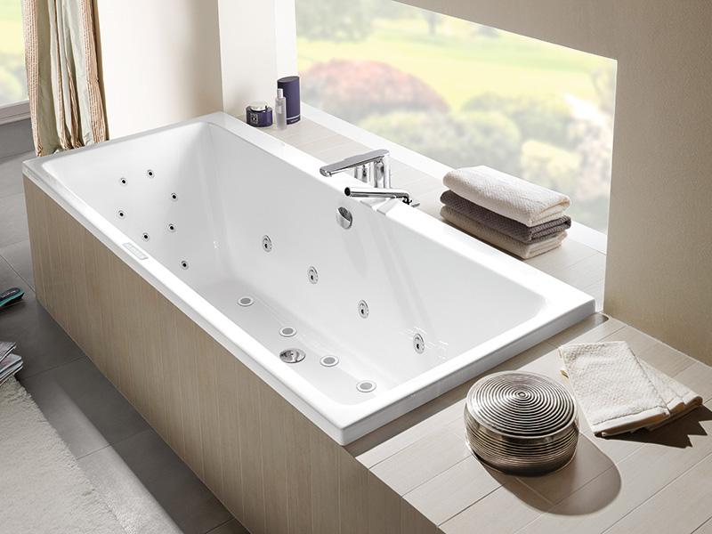 innfliset badekar Innbygget badekar som en del av et helstøpt bad | Bademiljø innfliset badekar